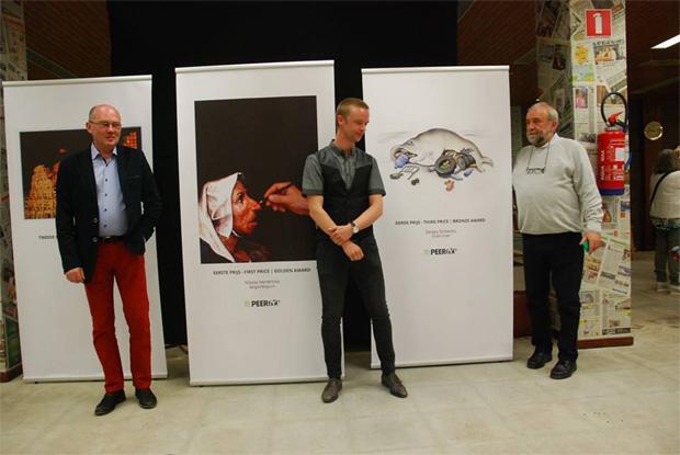 Cartoonfestival Brueghel in Peer - laureaci przy swoich pracach / od lewej: Sławomir Makal, Nikola Ioa Hendrickx, Sergey Sichenko
